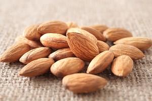 almond480 300x200 ダイエット中でも食べて良いものは?空腹に備えて常備したい非常食リスト