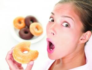 girl surprise eating donut 300x230 ダイエットをするなら今すぐレプチンのことを知るべき!